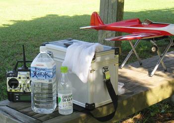 暑さ対策に水を準備