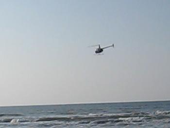 ヘリコプターが低空飛行